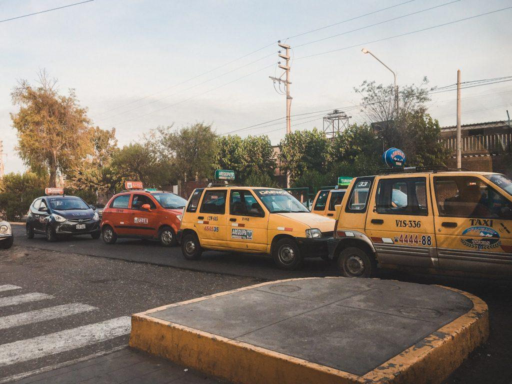 Pomarańczowe taksówki Fiat cinquecento
