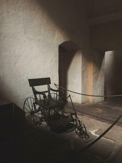 Dawny wózek inwalidzki w klasztorze