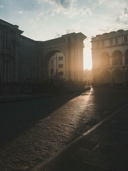Wschód słońca na placu w Arequipie