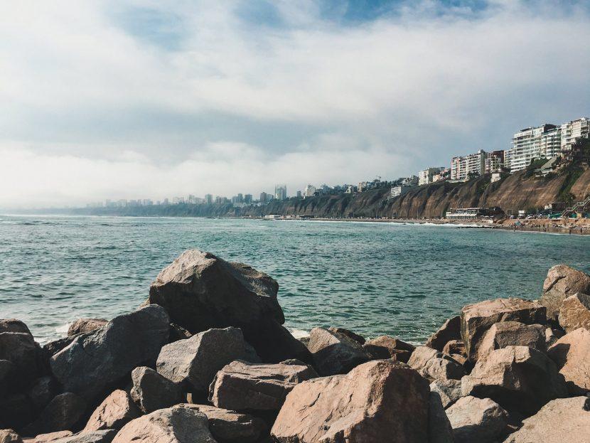 Skały ocena i widok na wybrzeże w Limie