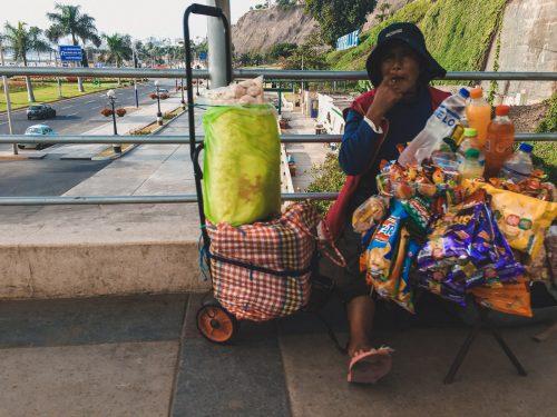 Kobieta sprzedająca czipsy na ulicy