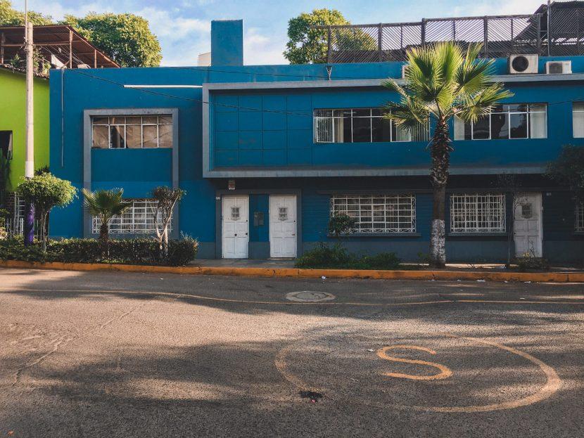Niebieski budynek w Limie