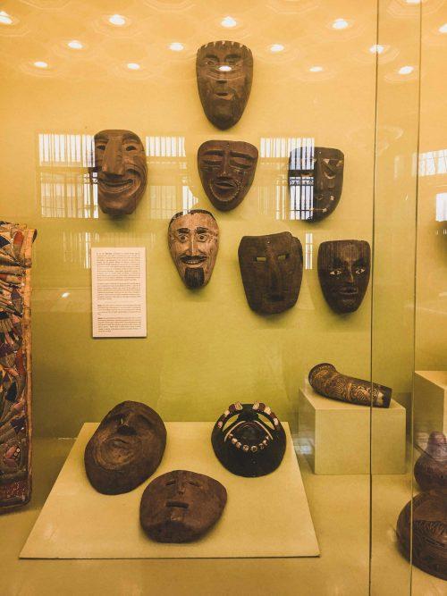 Maski w szklanej gablocie