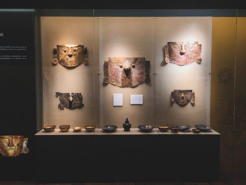 Metalowe maski w muzeum