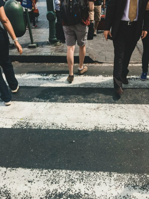 Ludzkie nogi na pasach