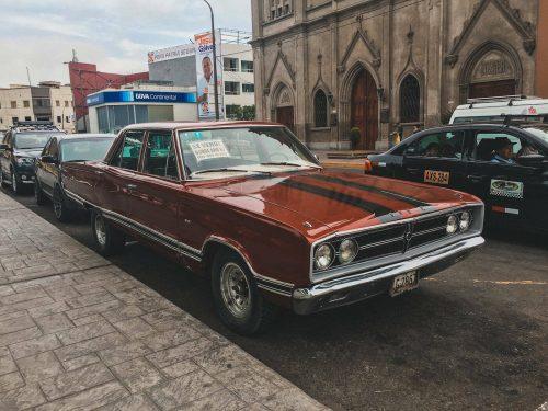 Czerwony retro samochód w Peru