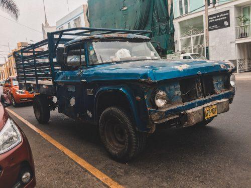 Niebieska zniszczona poobijana ciężarówka