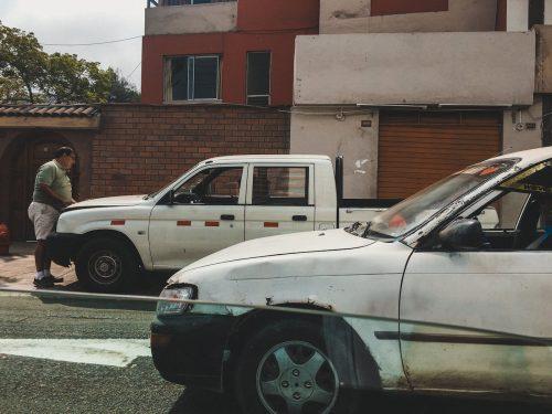 Zniszczone białe samochody