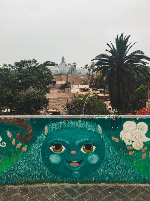 Streetart z zieloną uśmiechniętą buzią