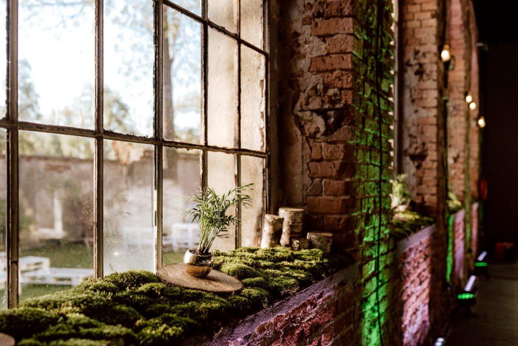 Zielone akcenty w industrialnej przestrzeni