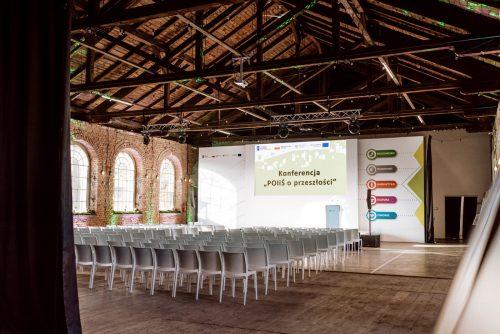 Pusta sala przed konferencją w Warszawie