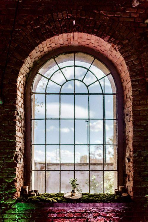 Duże okno z cegły