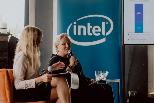 Kobieta przemawia do mikrofonu