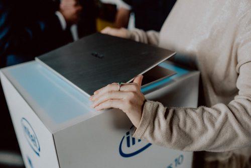 Kobieta ogląda laptop marki Asus