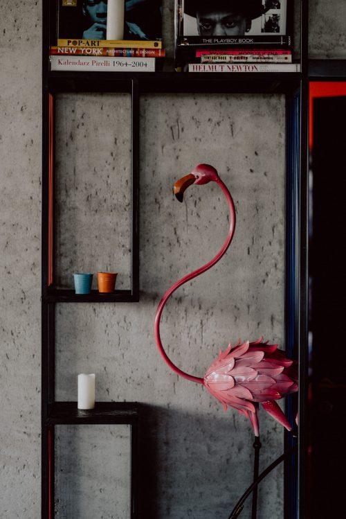 Różowy metalowy flaming