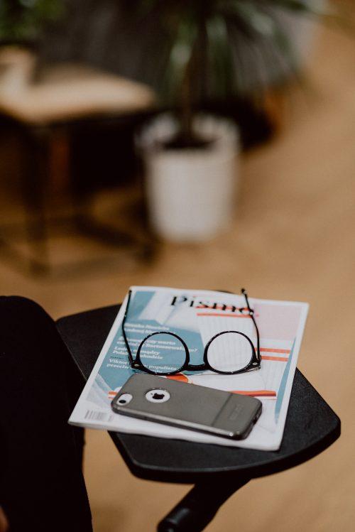 Pismo okulary i telefon