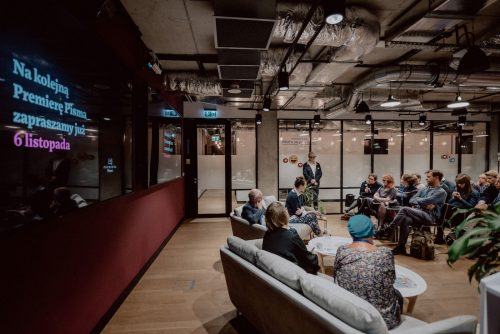 Zdjęcie zza prowadzących spotkanie z czytelnikami