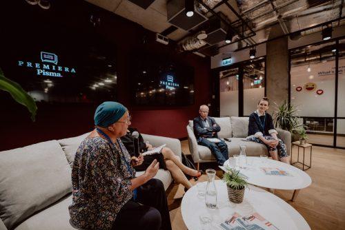 Rozmowa prowadzących spotkanie siedzących na kanapach