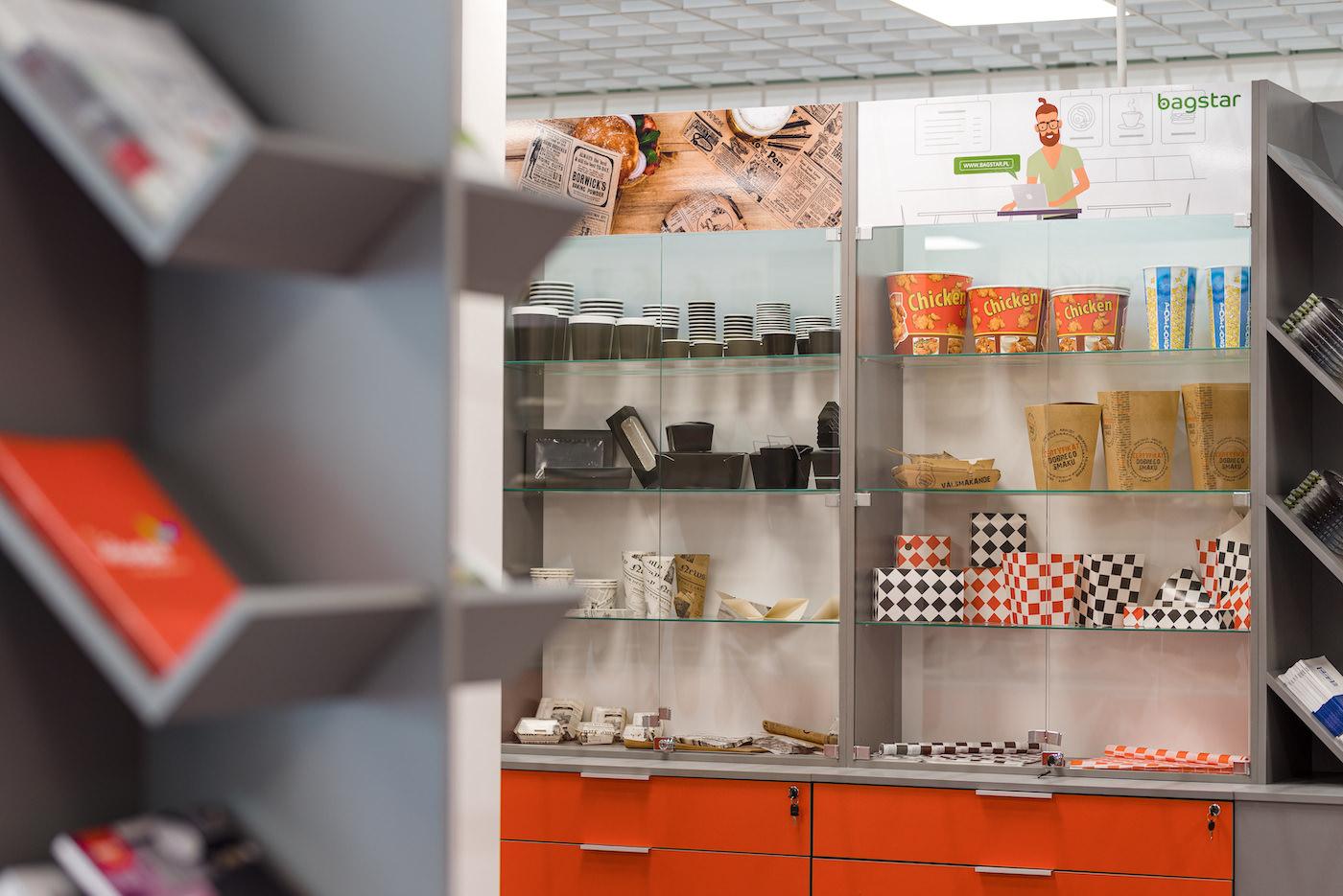 Opakowania na wynos w showroomie hurtowni gastronomicznej