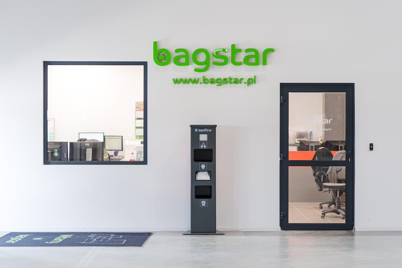 Logo firmy BagStar na ścianie magazynu