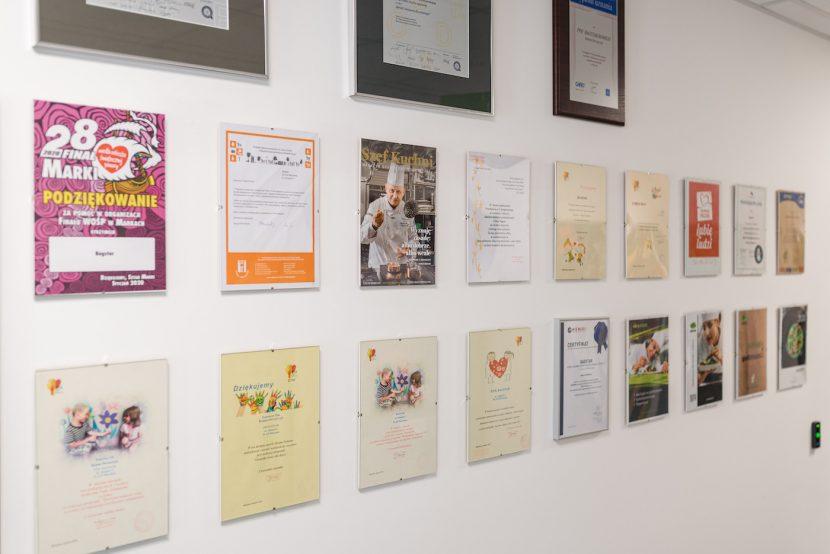 Wyróżnienia i dyplomy na ścianie
