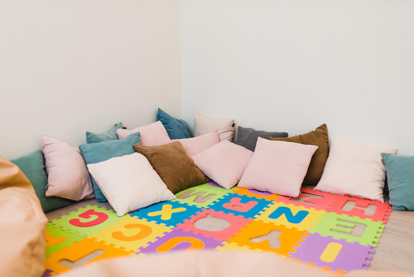 Kącik z poduszkami w przedszkolu