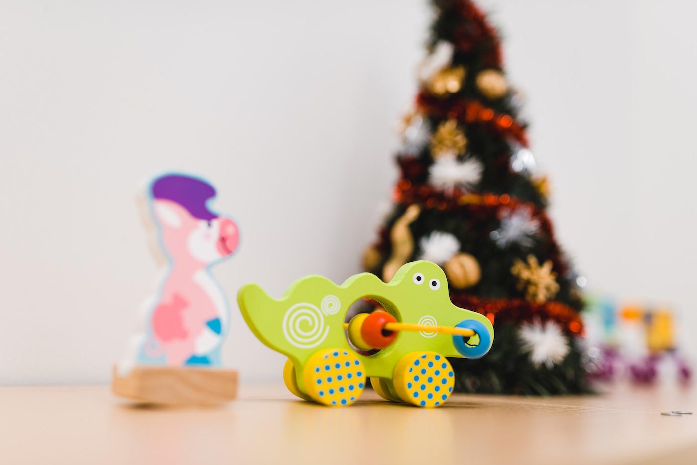 Zabawki w przedszkolu na tle choinki