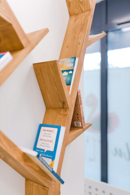 Półka z książkami w kształcie drzewa
