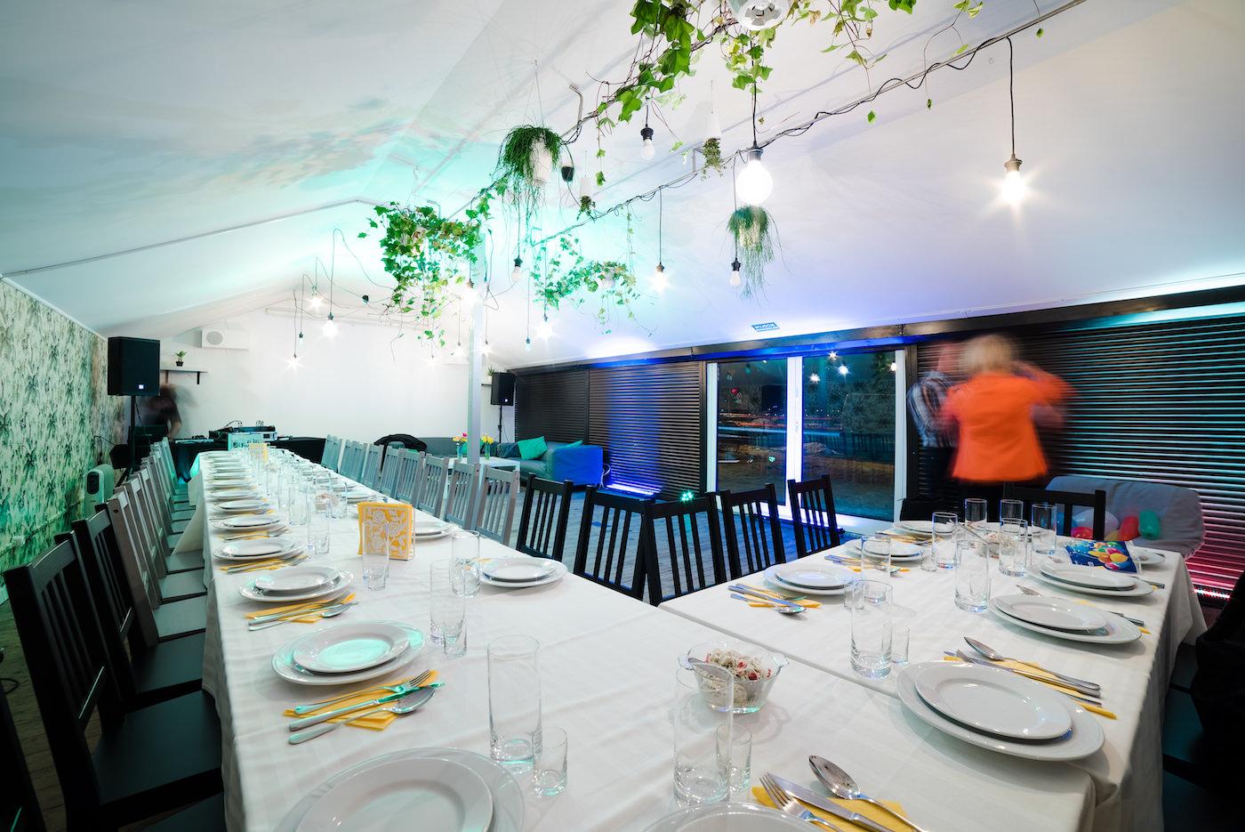 Zdjęcia stołów z białym obrusem
