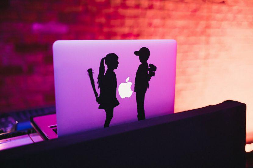 Laptop z naklejką dziewczynki i chłopca