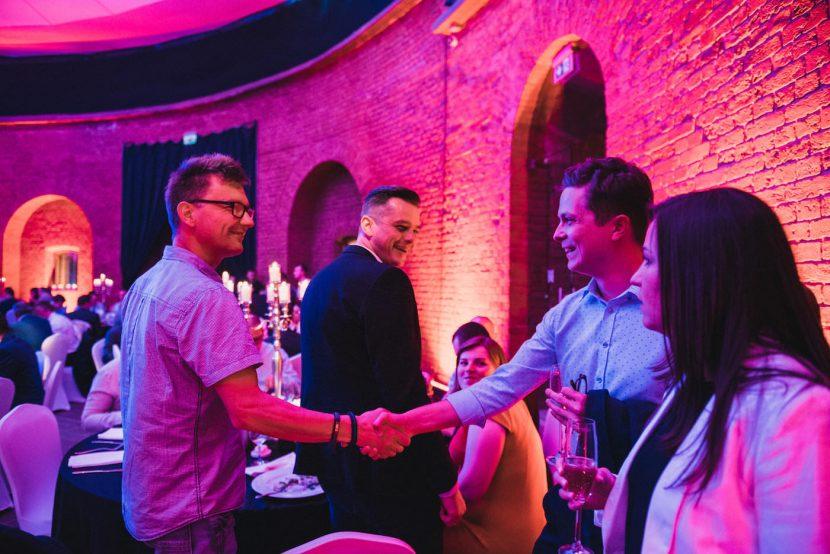 Powitanie goście podczas imprezy firmowej