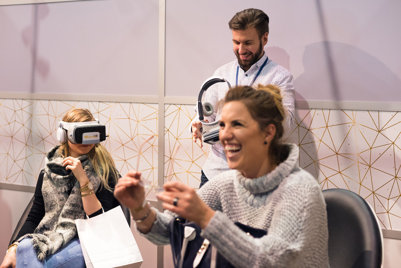 stoisko VR i szczęśliwi ludzie