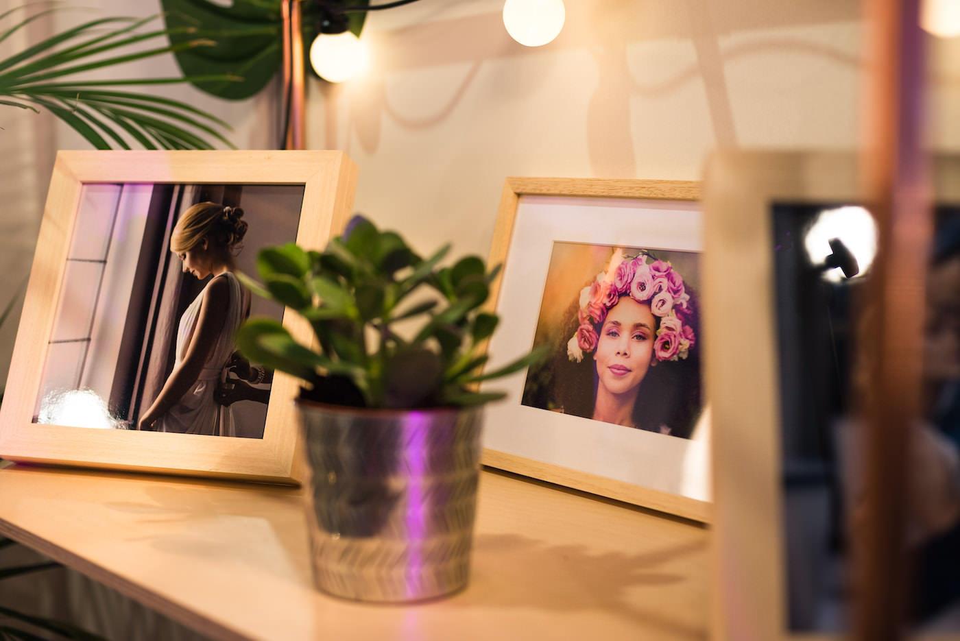 ramki ze zdjęciami na półce