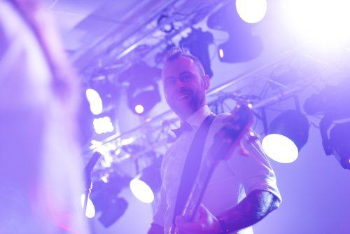 gitarzysta na scenie