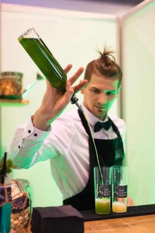 barman robi zielony drink