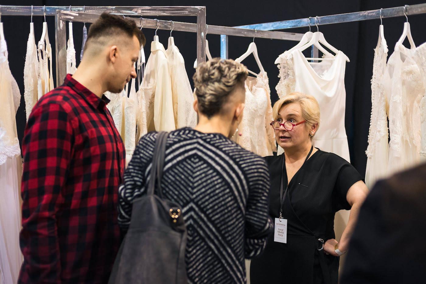 stoisko z sukniami ślubnymi