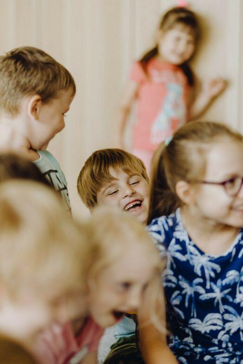 Śmiejące siędzieci na zajęciach