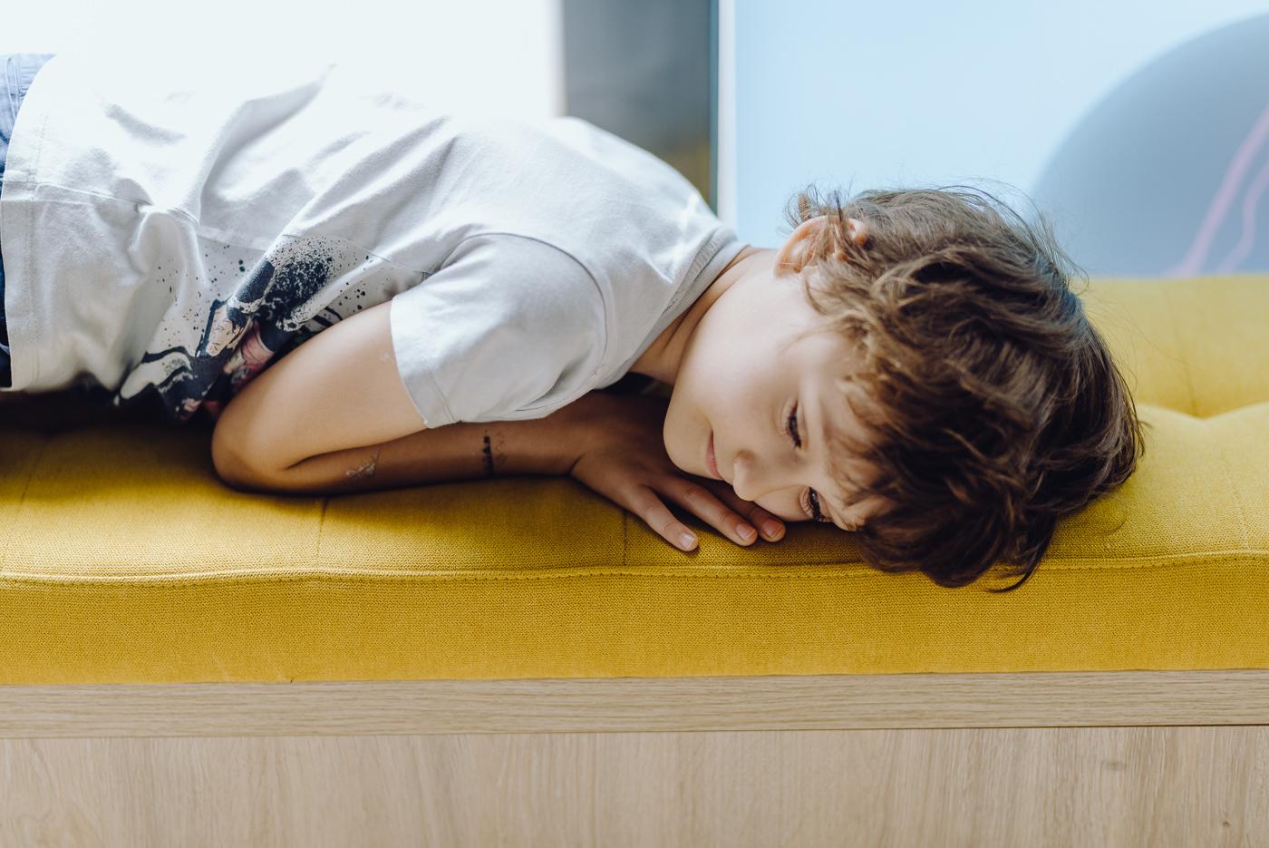 Dziecko śpi na fotelu