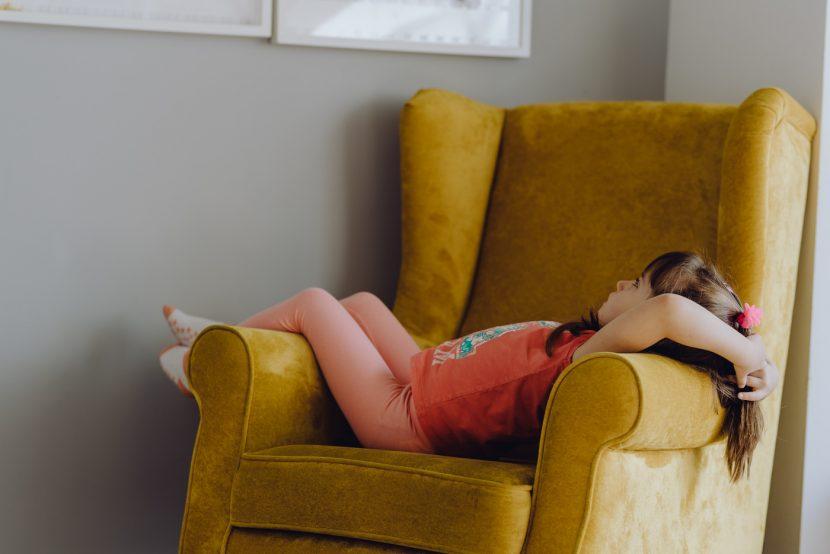 Dziewczynka na żółtym fotelu