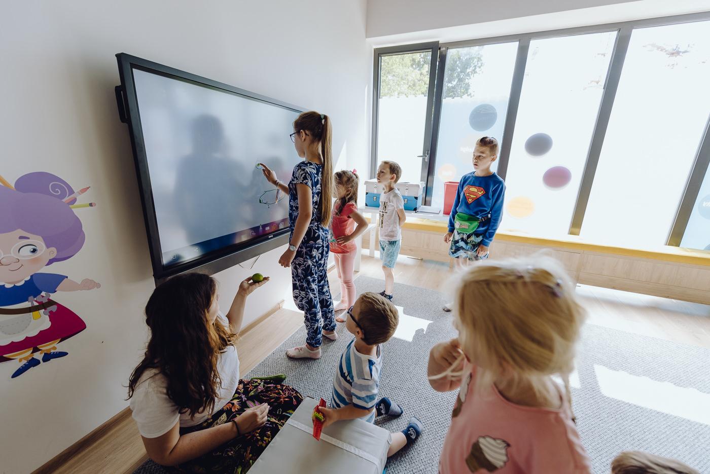 Dzieci przed tablicą multimedialną