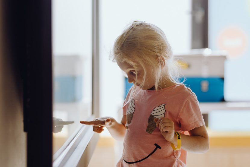 Dziewczynka klika na ekranie