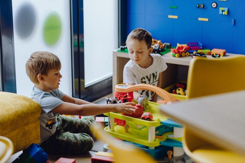 Dzieci bawią się w przedszkolu