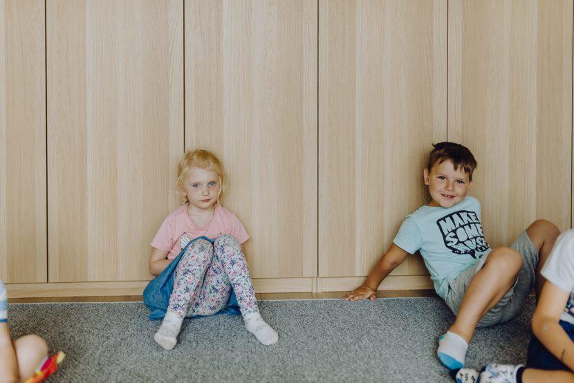 Dzieci na podłodze