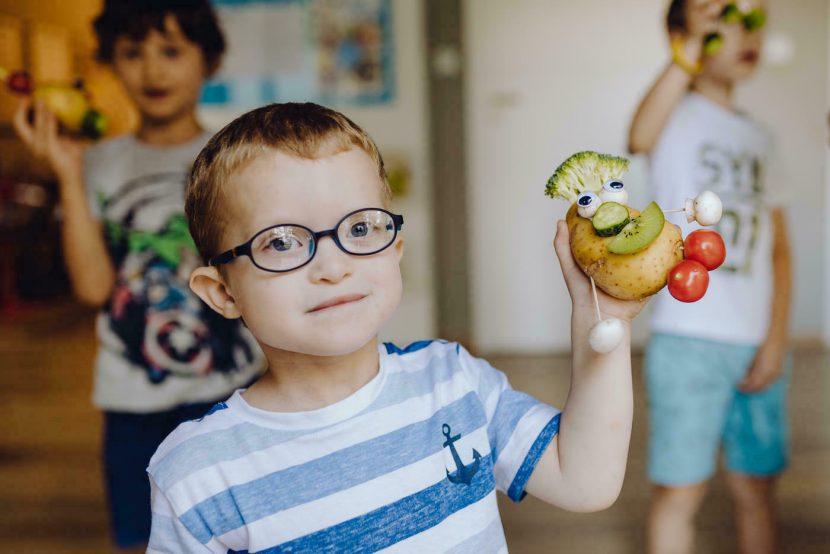 Dziecko trzyma ludzika zrobionego z ziemniaka