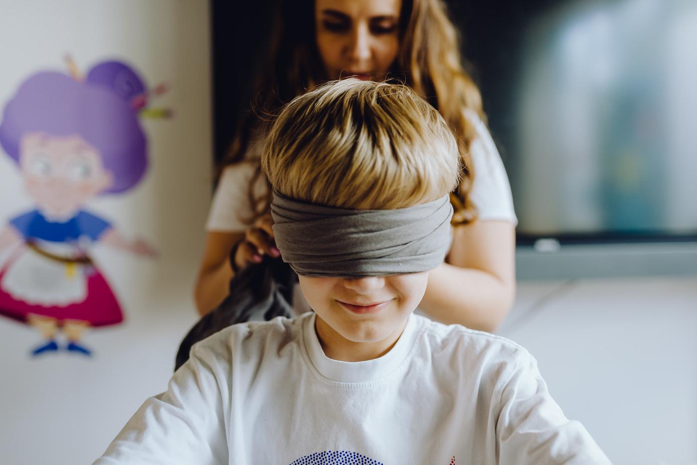 Chłopiec z zawiązanymi oczami