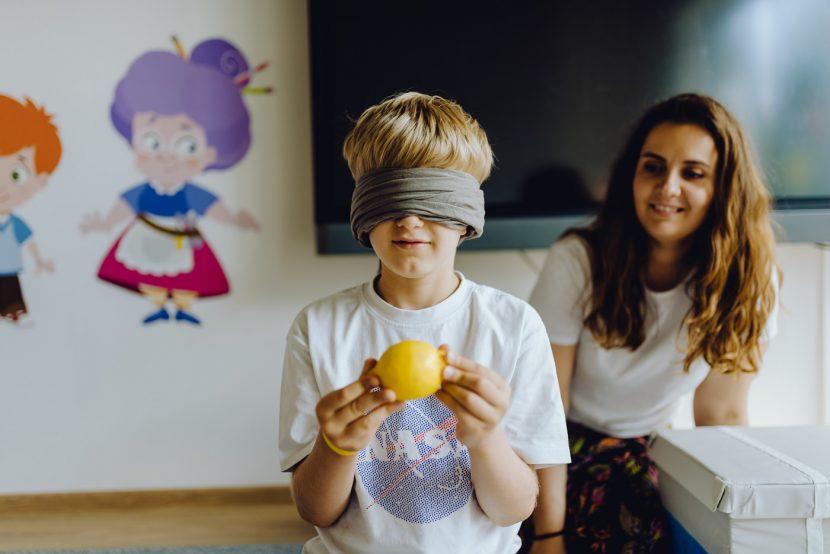 Dziecko trzyma cytrynę