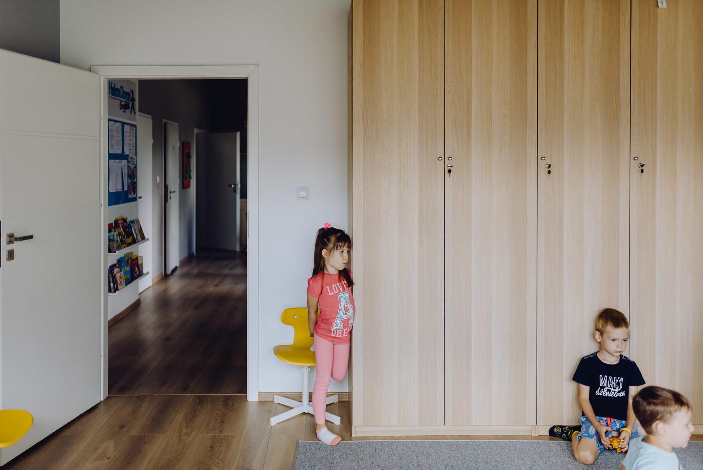 Dziewczynka oparta o szafę