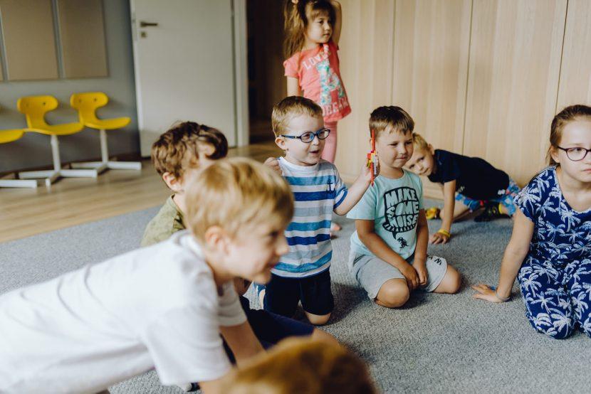 Dzieci się cieszą w sali zabaw