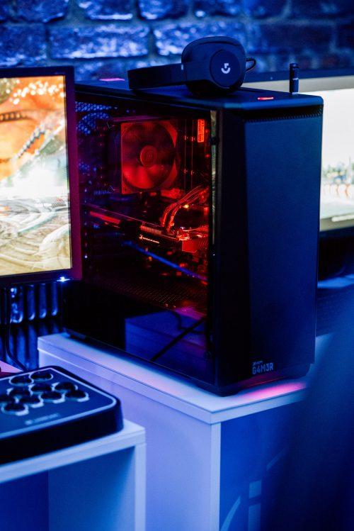 komputer gamingowy z czerwonym podświetleniem