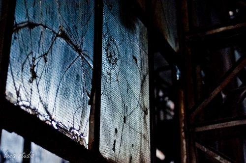 zbite okna w fabryce ursus